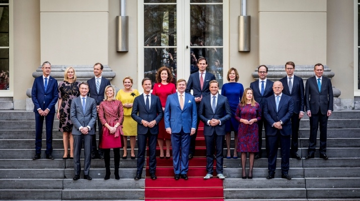 the Rutte III cabinet with King Willem Alexander on the steps of Noordeinde Palace