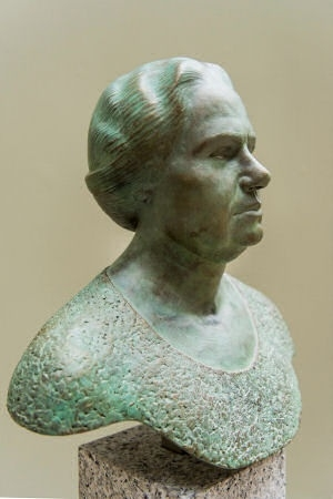The statue of Suze Groeneweg, created by Siemen Bolhuis.