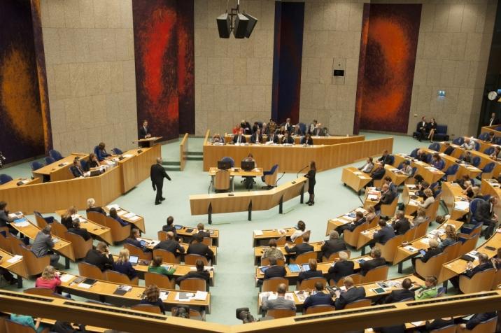 Photo of representatives debating in the Plenary Hall.