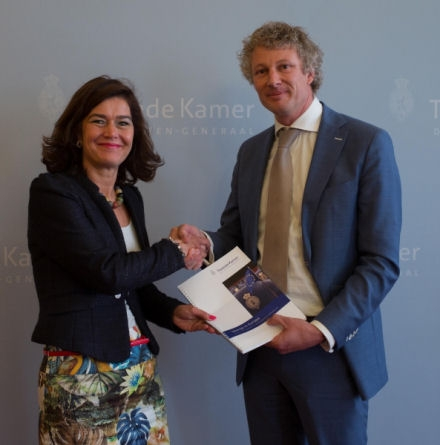"MP René Leegte (VVD) presents the report ""focus on Europe"" to the Speaker of the House, Ms Anouchka van Miltenburg"