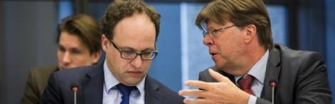 committee meeting MPs Koolmees (D66) and Van Dijck (PVV) in consultation during a committee debate