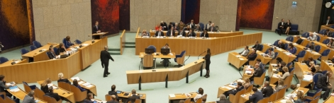 Photo of representatives debating in the Plenary Hall.